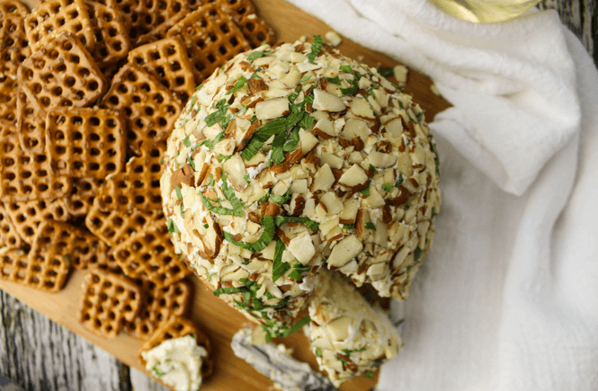 Blue Cheese Ball, Salemville cheese, Wisconsin cheese, Artisan cheese, Blue cheese recipe #ad #Salemville